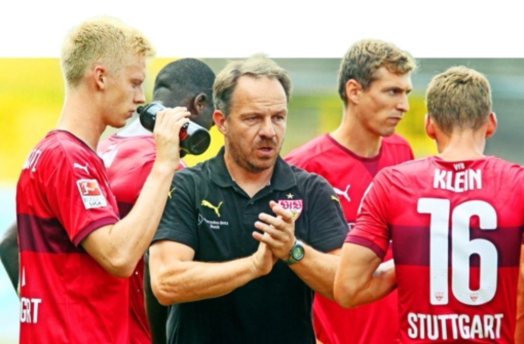 Applaus für die Spieler: dem VfB-Trainer Alexander Zorniger gefällt es, wie Florian Klein (rechts) und Timo Baumgartl (links) seine Vorgaben umsetzen. Foto: Herbert Rudel