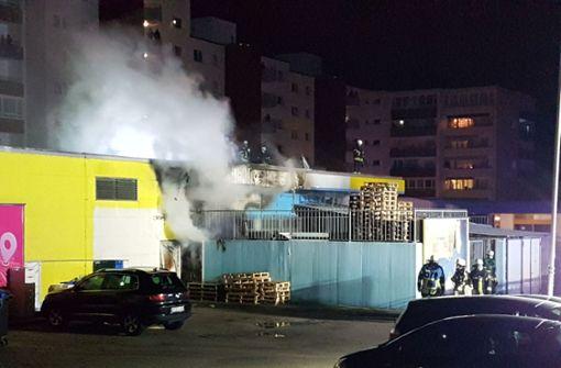 Altpapierlager neben Supermarkt in Brand geraten
