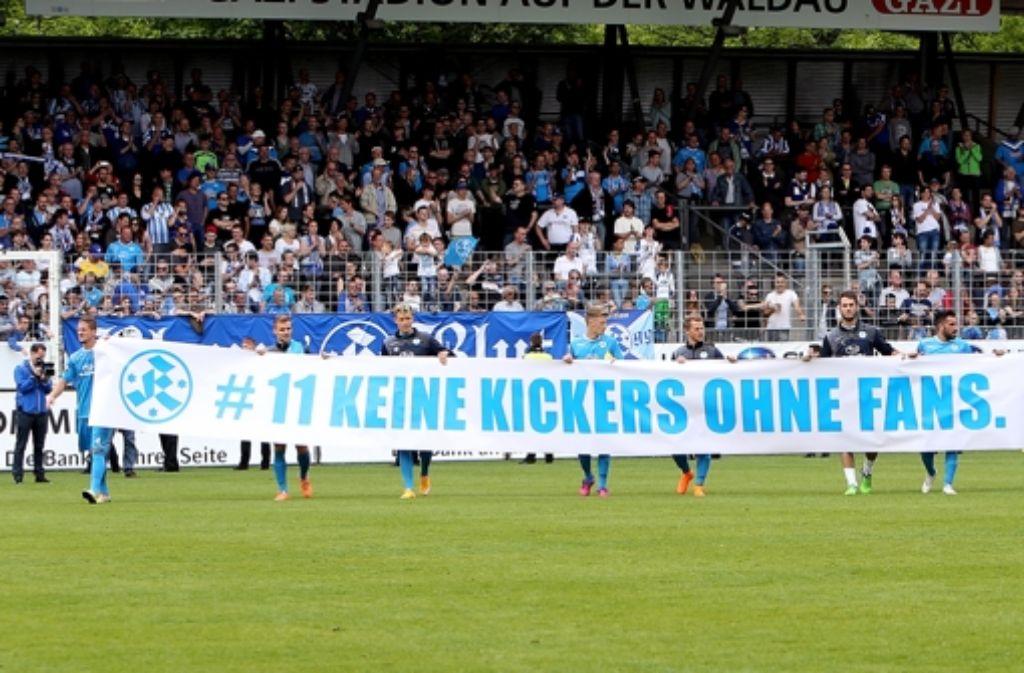 Die Kickers und ihre  Fans freuen sich auf das Pokalspiel gegen Wolfsburg. Foto: Baumann