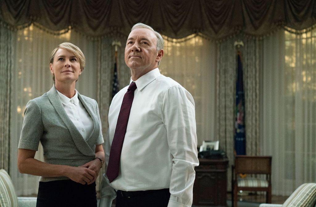 """Schauspieler Kevin Spacey (r) als US-Präsident Frank Underwood und Robin Wright als dessen Ehefrau Claire in der TV-Serie """"House of Cards"""". Foto: Netflix/AP"""