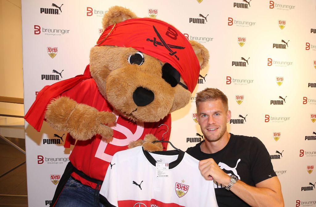 Auch Bär Breuni lässt sich gern mit dem VfB-Angreifer Simon Terodde fotografieren.   Foto: imago sportfotodienst