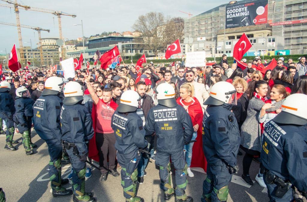 Bei einer Demonstration türkischer Nationalisten ist es am Sonntag in Stuttgart zu Gewalttätigkeiten gekommen. Foto: 7aktuell.de/Gerlach