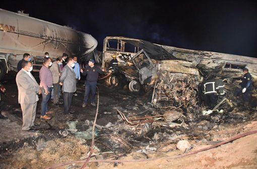 Lastwagen und Bus kollidieren – mindestens 20 Tote