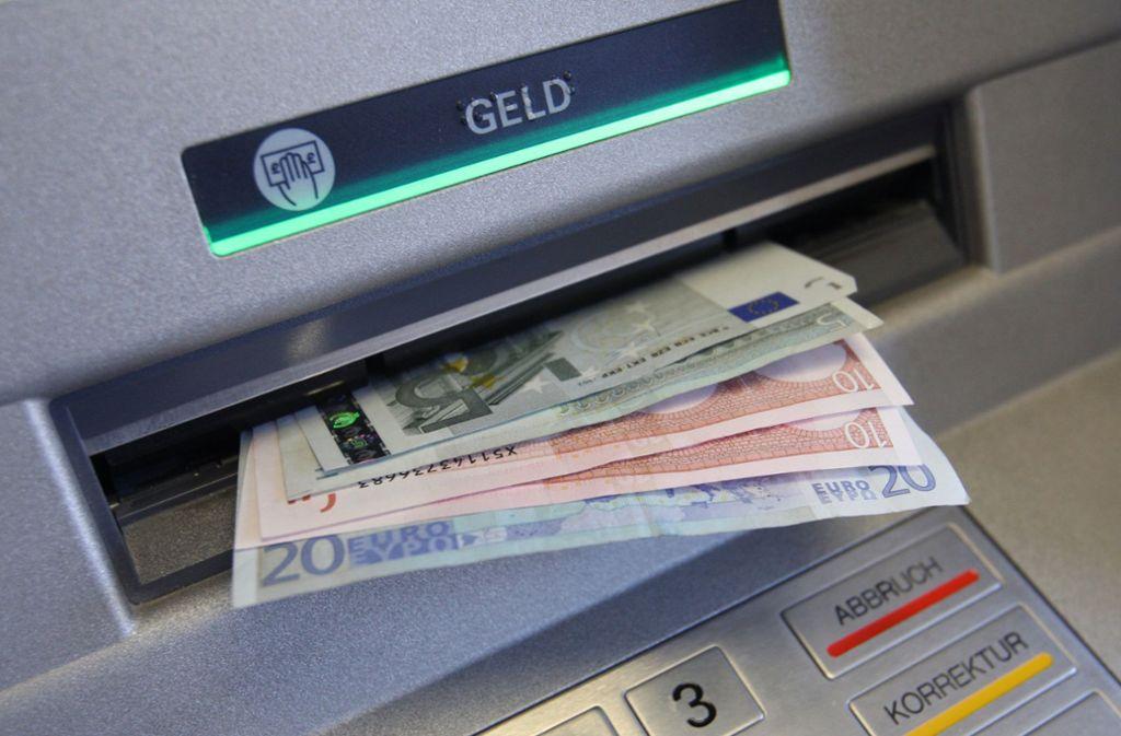 Zu schnell weggeeilt: Ein Kunde vergaß 200 Euro im Geldautomaten. (Symbolbild) Foto: dpa