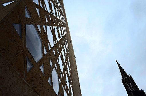 Unbekannte traktieren Gebäude mit Metallpfosten