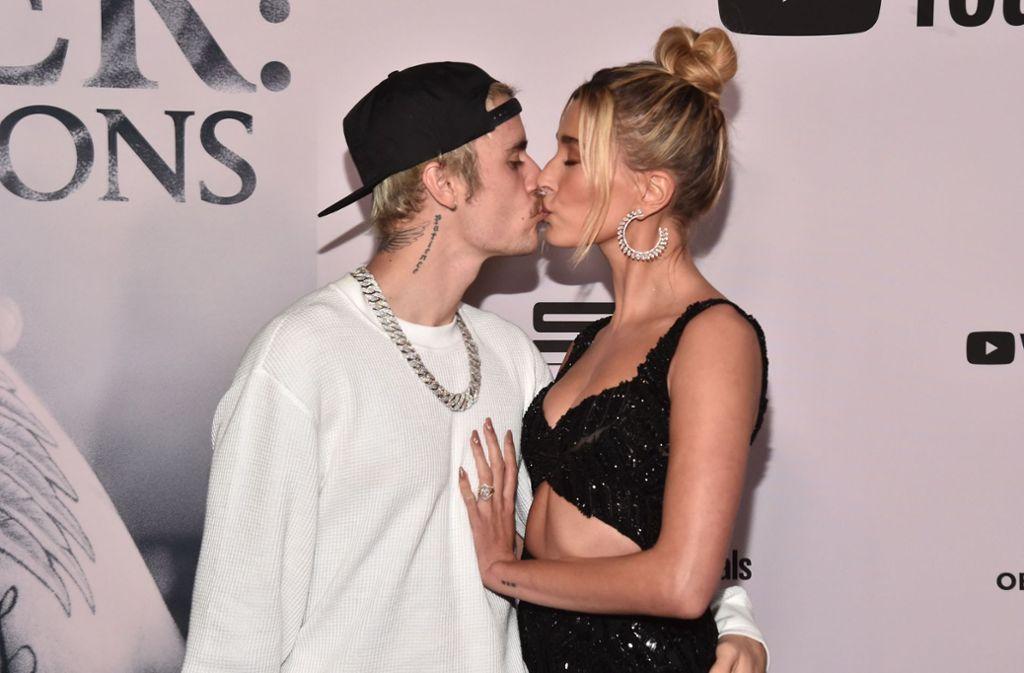 Justin und Hailey Bieber konnten auf der Premiere nicht die Finger voneinander lassen. Foto: AFP/Alberto E. Rodriguez