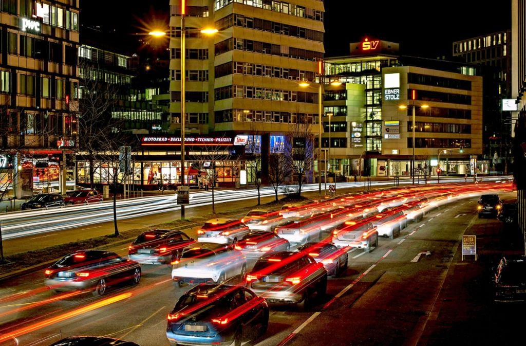 Viele zieht es mit dem Auto nach Stuttgart. Das Umsteigen auf Busse und Bahnen soll daher weiter  verbessert werden. Die CDU lehnt unnötige Härten für Autofahrer jedoch ab. Foto: Lichtgut/Max Kovalenko