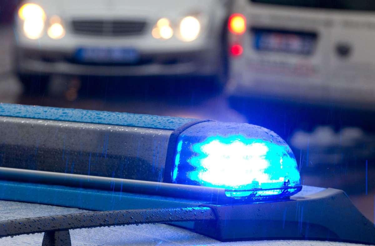 Die Polizei ortet den Notruf und findet die Migranten auf einem Rasthof (Symbolbild). Foto: dpa/Friso Gentsch