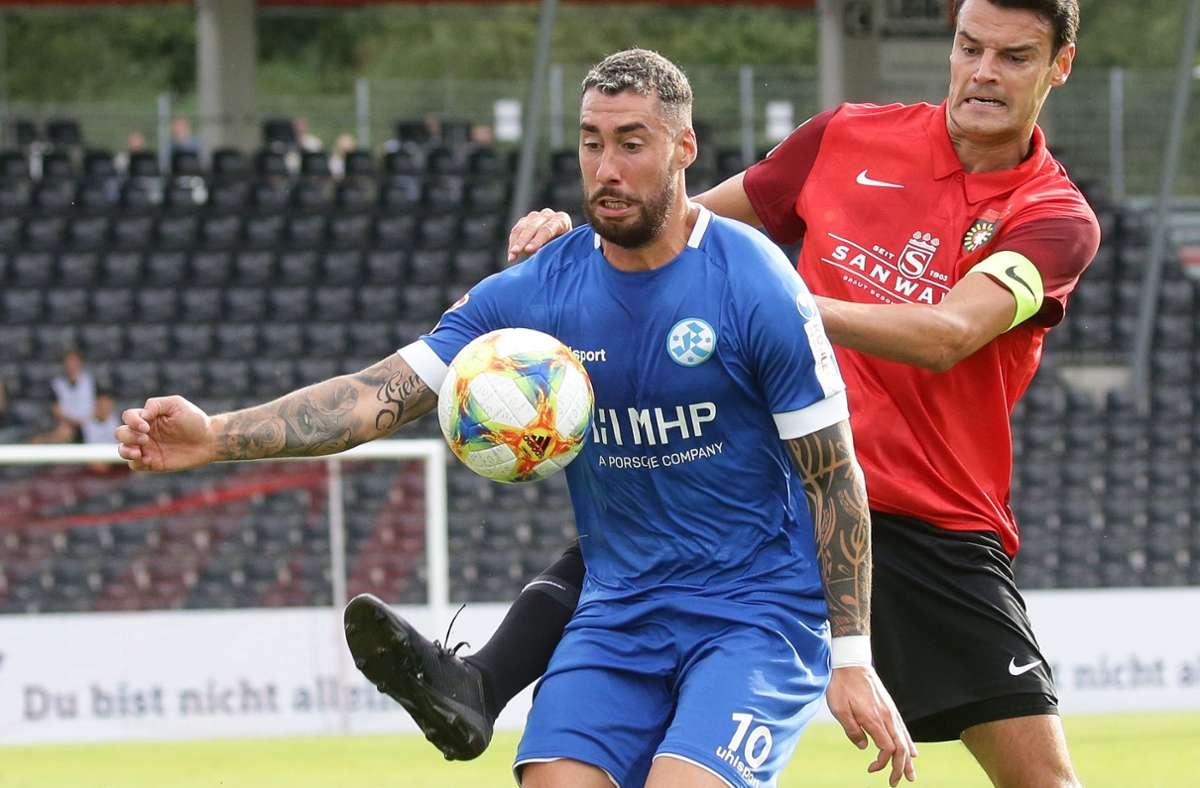 Cristian Giles (hier im Spiel gegen Großaspach) führte die Kickers gegen Fellbach als Kapitän aufs Feld. Foto: Pressefoto Baumann/Hansjürgen Britsch