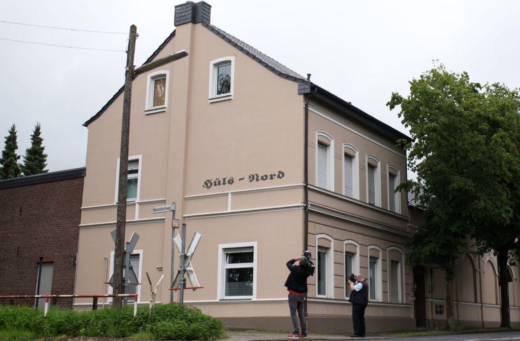 In dieser ehemaligen Gaststätte im Krefelder Stadtteil Hüls geschah die Tat. Die Frau bewohnte mit ihren Kindern das Dachgeschoss (vorne im Bild). Foto: dpa