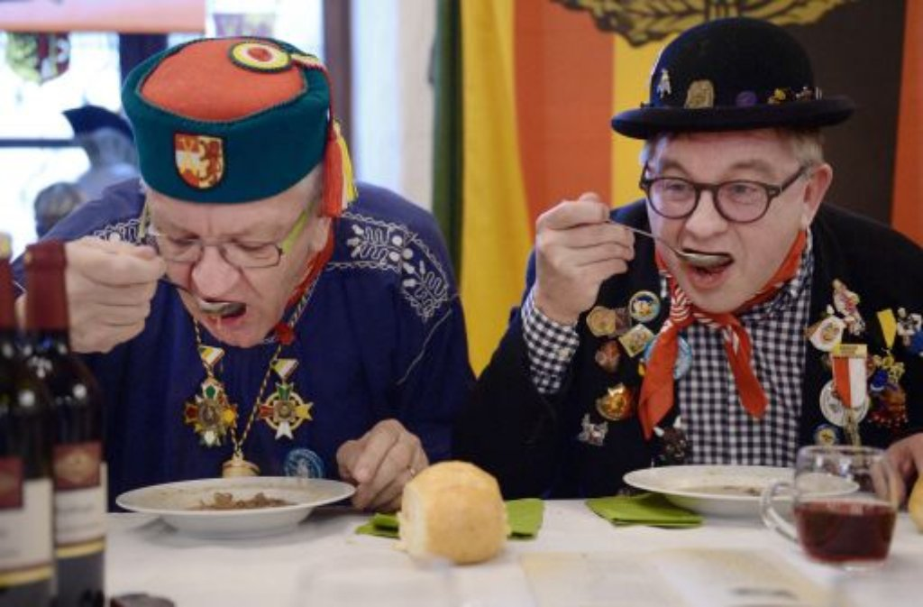 Ministerpräsident Winfried Kretschmann (links) und Landtagspräsident Guido Wolf müssen die närrische Froschkuttel-Suppe auslöffeln. Foto: dpa