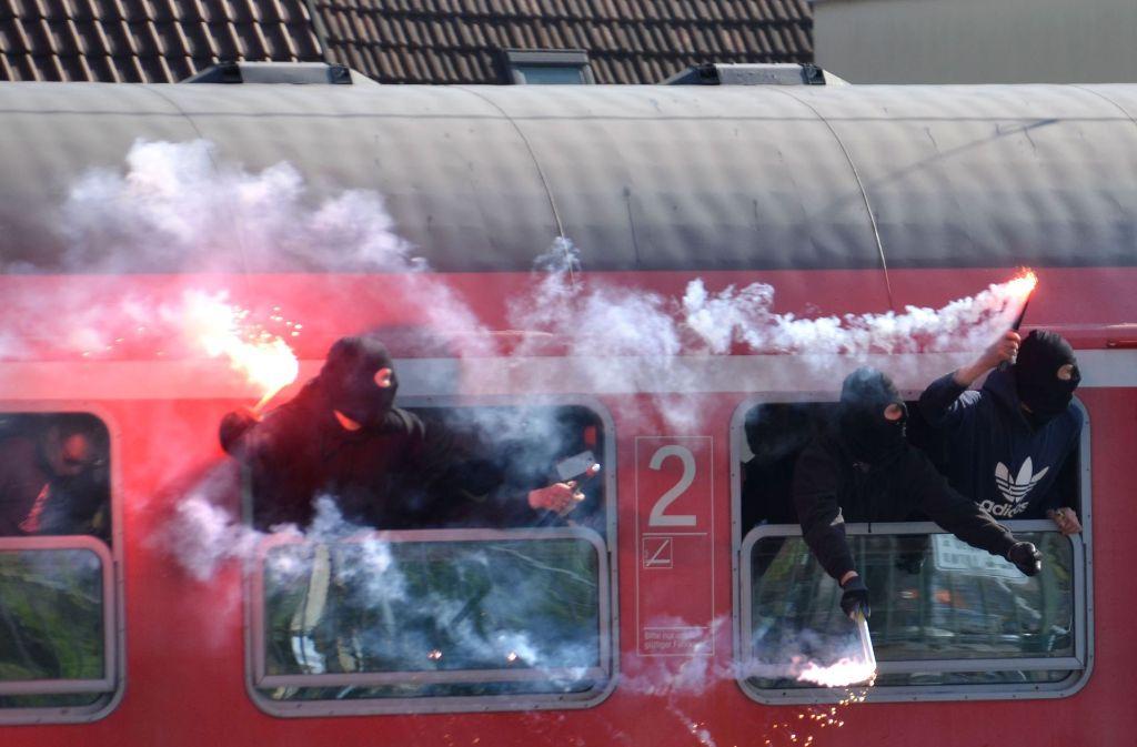Fans des Karslruher SC haben bei der An- und Abfahrt Schäden in Regionalzügen verursacht. Foto: dpa