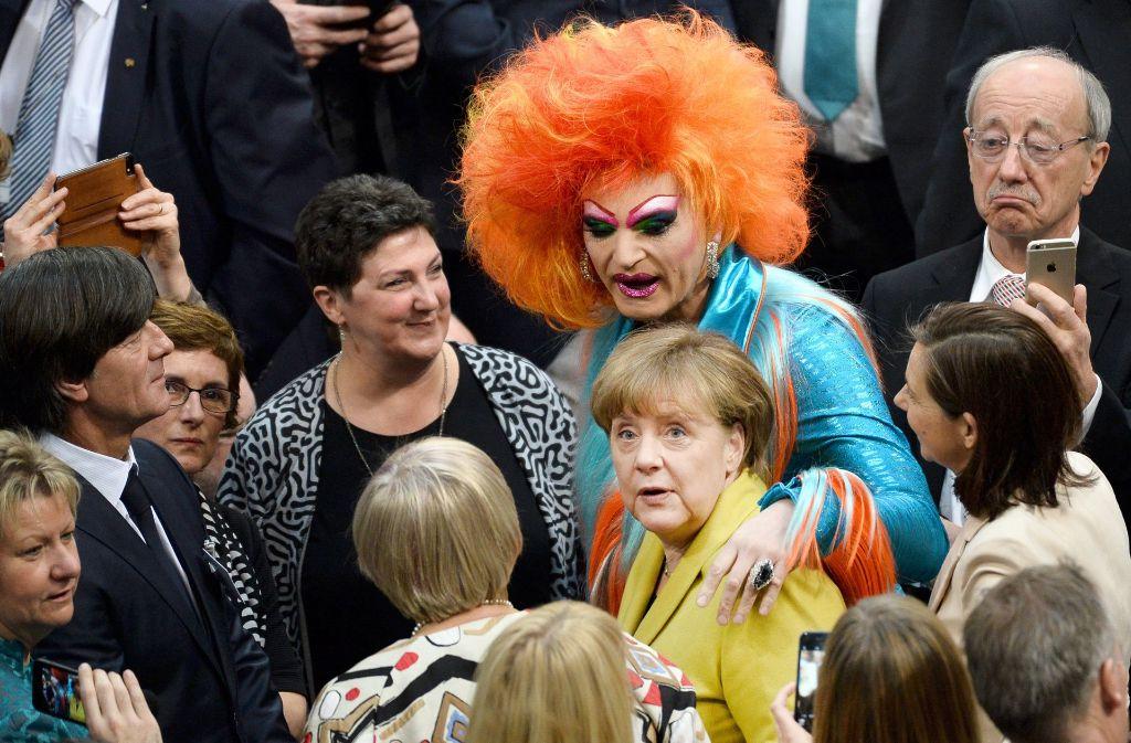 Da staunte auch Bundestrainer Joachim Löw (links) nicht schlecht: Drag-Queen Olivia Jones und Kanzlerin Angela Merkel geben gemeinsam ein ungewöhnliches Bild ab. Foto: dpa
