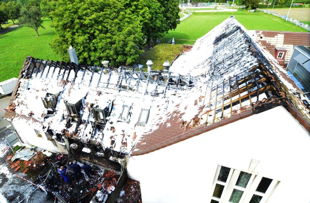 Meterhohe Flammen schlugen aus dem Dach des Vereinsheims. Foto: Andreas Rosar Fotoagentur-Stuttg
