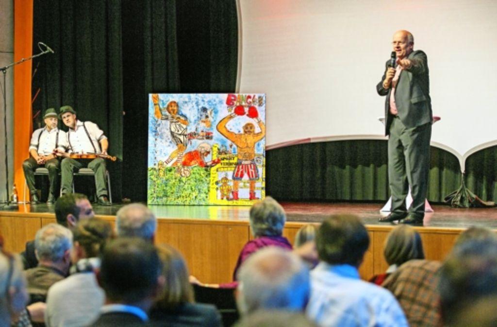 Auch die Musiker Ralf Friton und Jörg Seibold (von links) warten gespannt, bis das  von  der Lebenshilfe Göppingen   gestiftete  Bild zu Gunsten der  Staufen Arbeits- und Beschäftigungsförderungsgesellschaft versteigert wird. Eingeladen hatte dazu die SPD-Bundestagsabgeordnete Heike Baehrens, die ihren 60. Geburtstag mit einer Benefizveranstaltung feierte. Foto: Horst Rudel