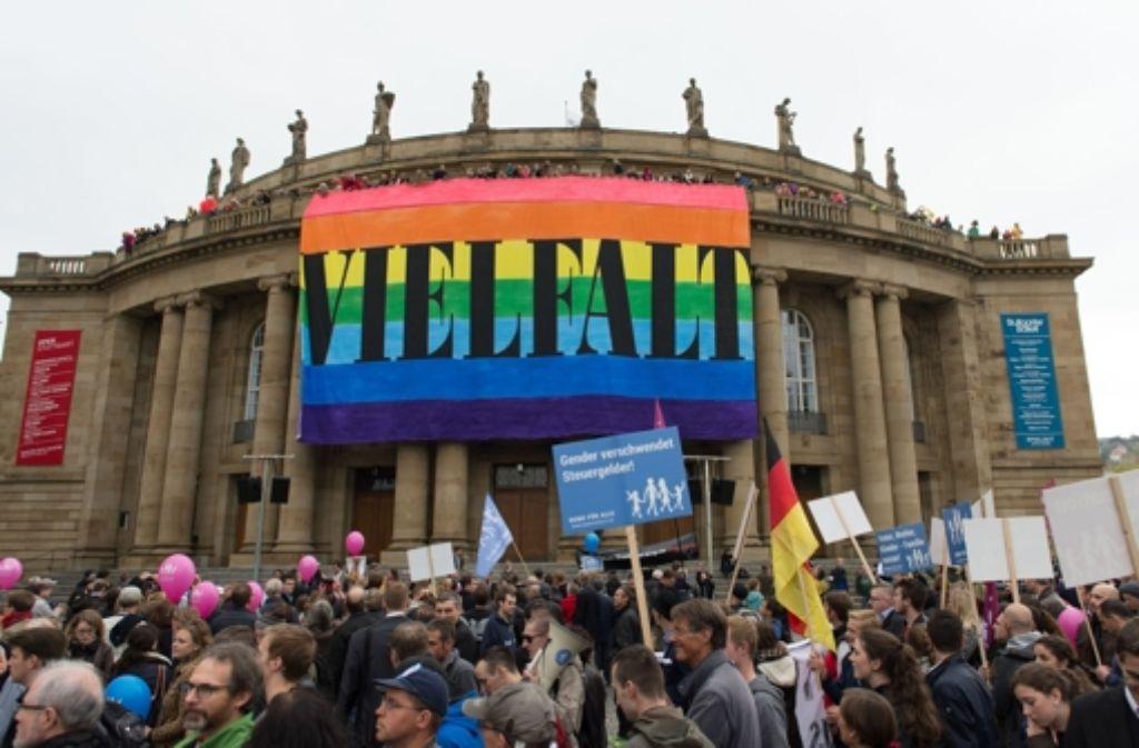 Am 11. Oktober hatten Mitarbeiter der Staatstheater das riesige Banner entrollt. Foto: dpa