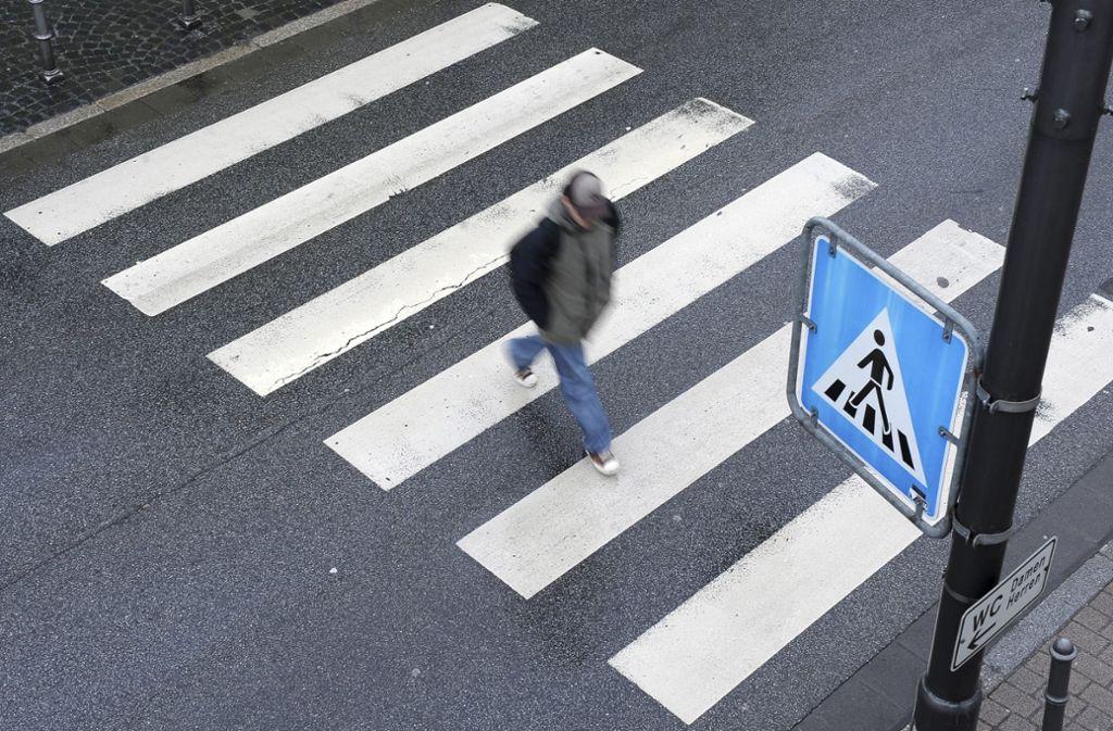 Am Montagabend verhielt sich ein Autofahrer in Eislingen besonders rücksichtlos: Er rammte das das Fahrrad, das ein Siebenjähriger über einen Zebrastreifen schob. Foto: dpa