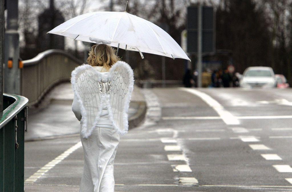 Beim Fasnetsumzug in Stuttgart sollten die Narren den Regenschirm nicht vergessen. Foto: AP