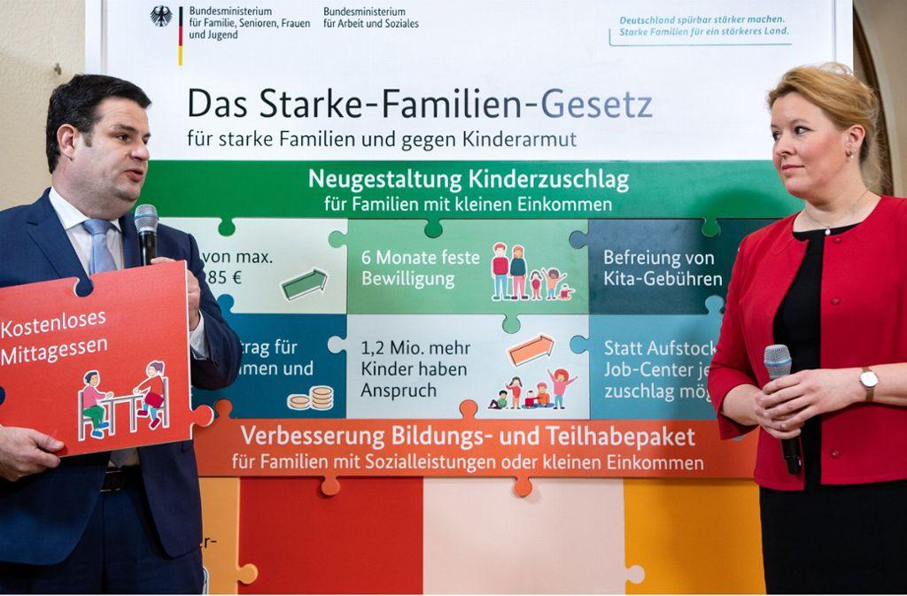 Arbeitsminister Hubertus Heil und Familienministerin Franziska Giffey demonstrieren mit Begrifflichkeiten und Schaubildern, wie man politisches Handeln verständlicher rüberbringen kann. Foto: dpa