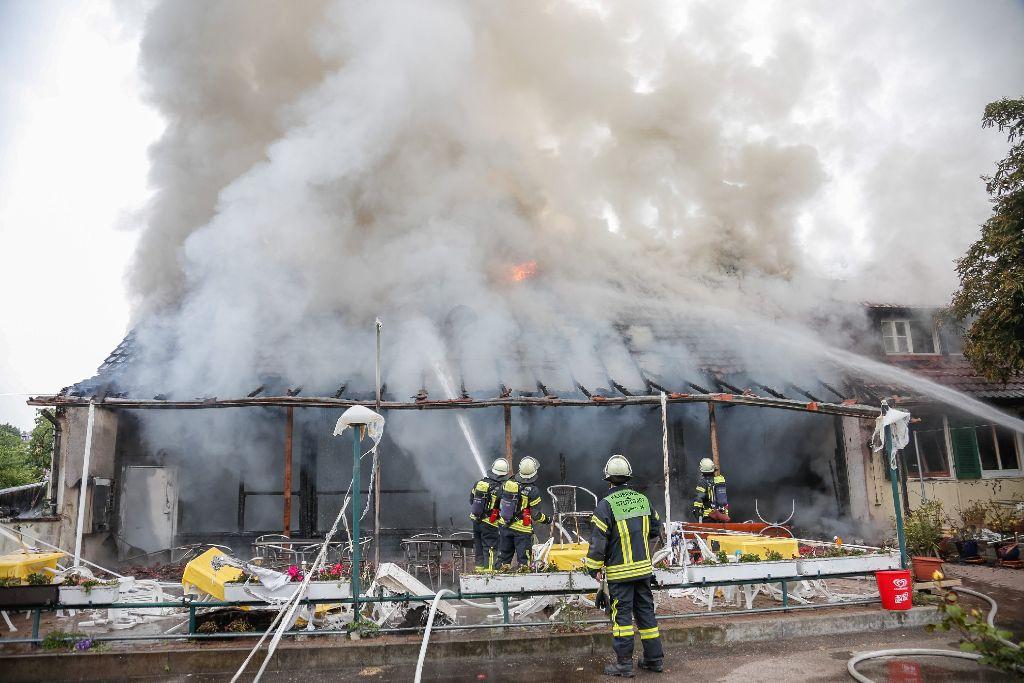 In Stuttgart-Untertürkheim ist am Sonntagmorgen das evangelische Waldheim Gehrenwald in Brand geraten.  Foto: www.7aktuell.de | Timo Reichert