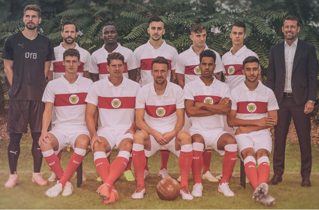 Die aktuelle Mannschaft des VfB um Trainer Markus Weinzierl (rechts) im Ur-Trikot Foto: VfB