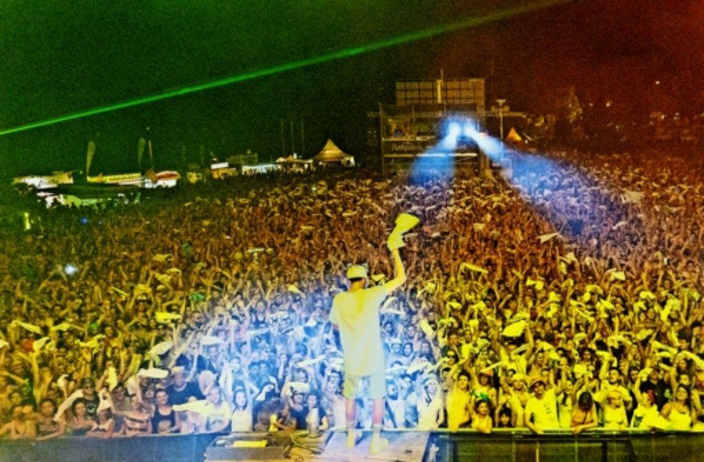Rapper Cro (links) zieht das kritische Publikum auf dem Summer Jam mit Hilfe von Shotta Paul auf seine Seite. Foto: Walter Glöckle