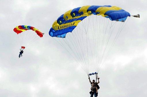 Fallschirm-Springerin verletzt sich schwer