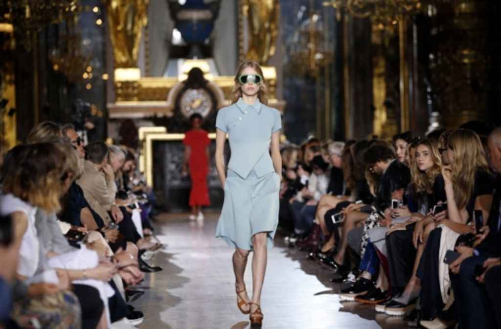 Designerin Stella McCartney präsentierte am Montag bei der Fashion Week in Paris ihre neuste Kollektion – luftig, leicht und schlicht. Unsere Bildergalerie zeigt, welche Promis in der First Row saßen und wer außerdem seine neue Kollektion zeigte – klicken Sie sich durch. Foto: dpa