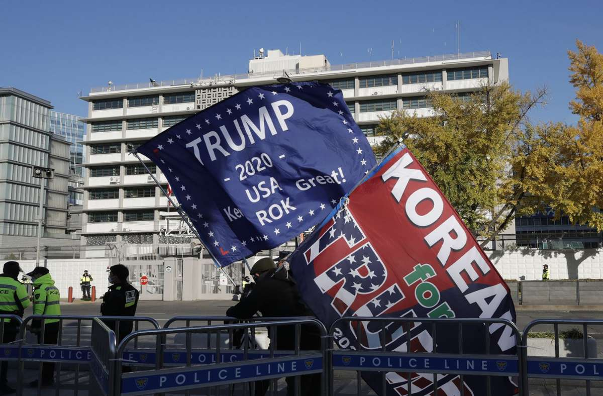 Trump ist weltweit Thema: Vor der US-Botschaft in Seoul ziehen seine Fans auf. Foto: AP/Lee Jin-man