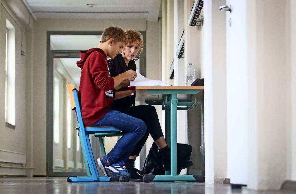 Die Fellow Sophie Uli Ullrich hilft ihrem Schützling Martin bei der Erstellung seines Wochenplans und erarbeitet mit ihm sein neues Wochenziel. Foto: factum/Granville