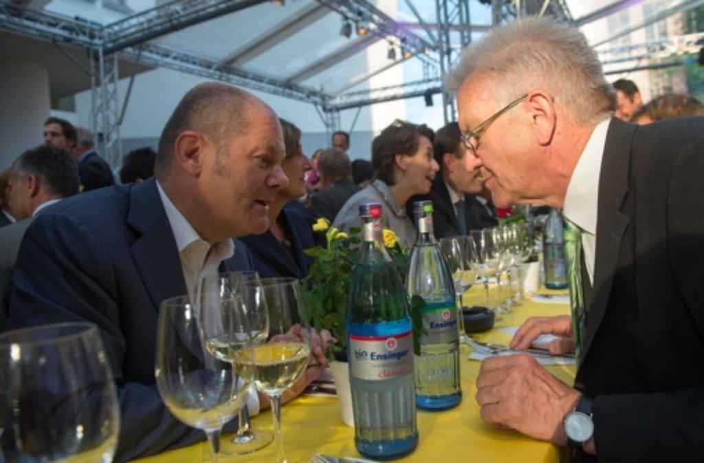Plausch auf der Stallwächterparty: Baden-Württembergs Ministerpräsident Winfried Kretschmann (Grüne,rechts) unterhält sich mit Hamburgs Erstem Bürgermeister Olaf Scholz (SPD). Foto: dpa