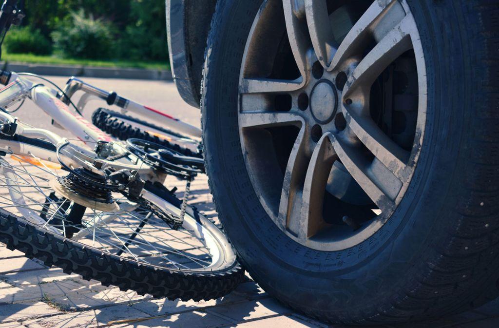 Der Radfahrer wurde bei dem Unfall schwer verletzt. (Symbolbild) Foto: Shutterstock/Victoria Denisova