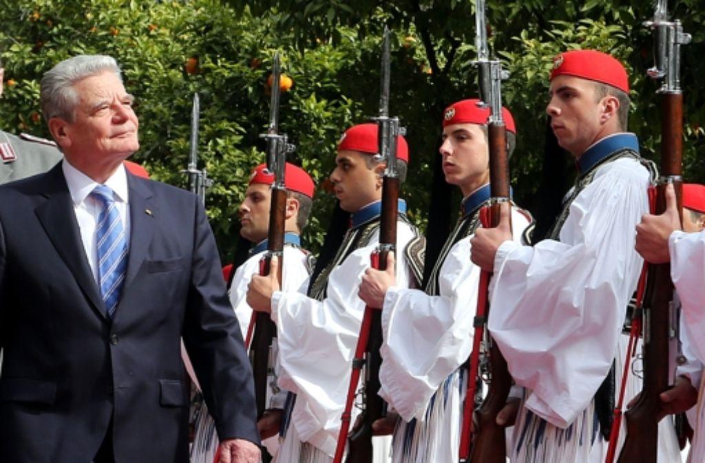 Bundespräsident Gauck schreitet beim Besuch in Griechenland die Ehrenfront ab. Foto: dpa