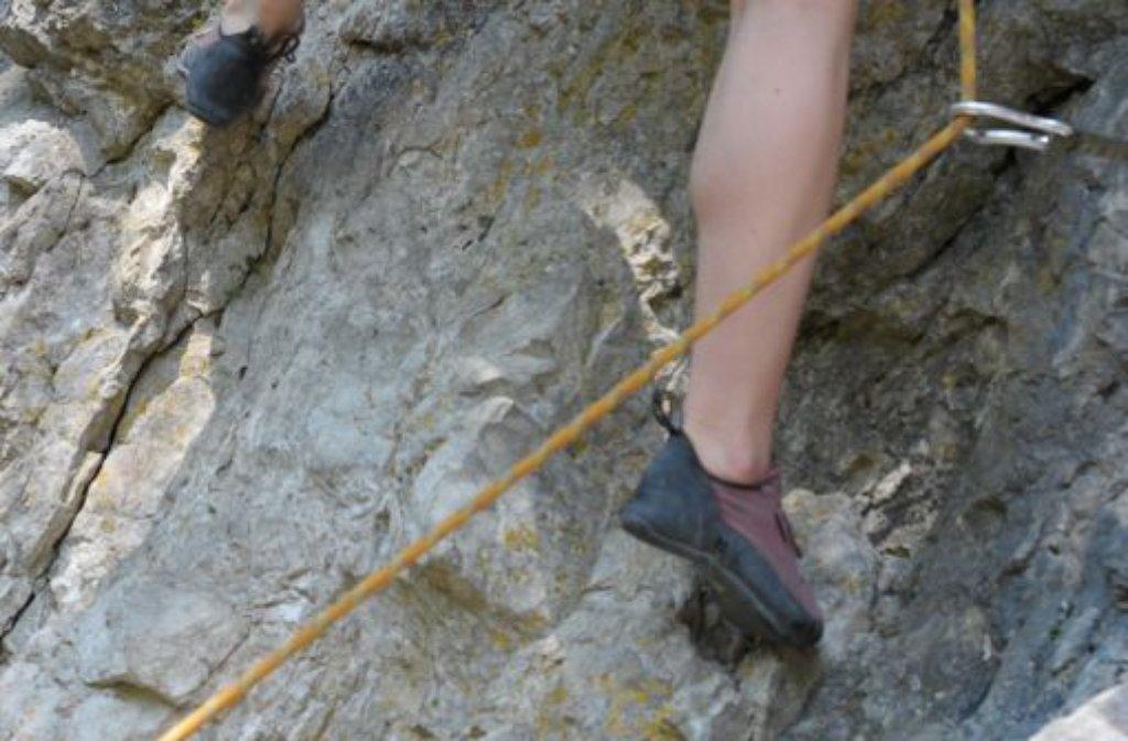 Wohl weil ihr Sicherungsseil zu kurz gewesen ist, stürzte eine junge Frau vom sogenannten Gelben Fels südlich der Burg Teck (Kreis Esslingen) ab. Bei dem Unfall wurden sie und eine weitere Kletterin verletzt. Foto: dpa