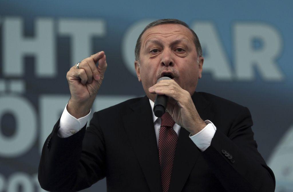 Der türkische Präsident Recep Tayyip Erdogan entlässt weitere 10.000 Beamte Foto: AP