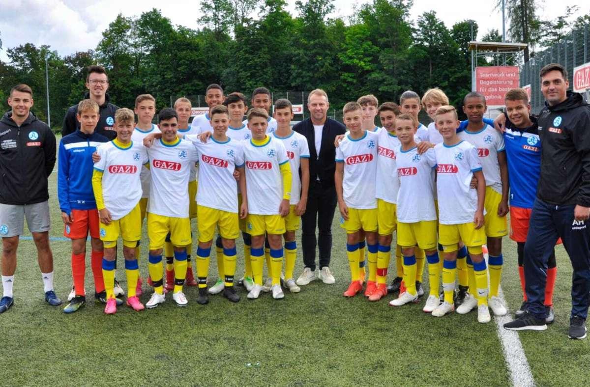 Bundestrainer Hansi Flick (Mitte) beim Gruppenbild mit der U14 der Stuttgarter Kickers. Foto: Stuttgarter Kickers/Ibrahim Tekin