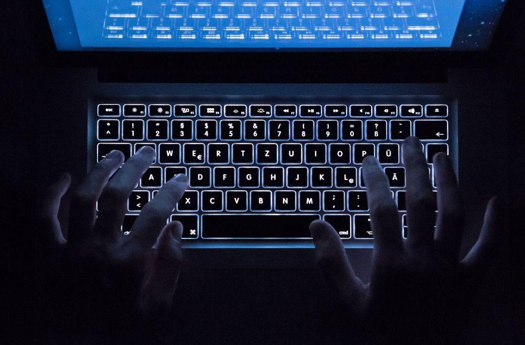 Pornografische Inhalte sind im Internet jederzeit, kostenlos und unbegrenzt verfügbar – für Erwachsene genauso wie für Kinder. Experten sehen einen klaren Zusammenhang zu dem verzerrten Bild von Partnerschaft und Sexualität, das viele junge Leute heute haben. Foto: dpa