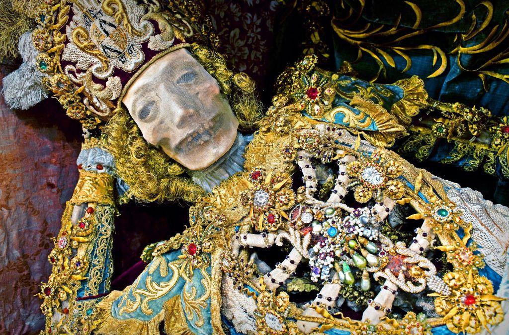 Mit  venezianischen Glassteinen geschmückt  und in ein prunkreiches Fantasiegewand gehüllt: Die Reliquie  des heiligen Coronatus ist seit  300 Jahren im  oberschwäbischen Kloster  Heiligkreuztal zu Hause. Foto: Paul Koudounaris