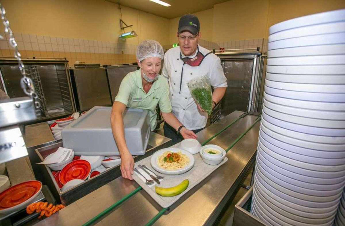 In der umtriebigen Atmosphäre der Großküche fühlt sich Judith Leßlauer als Diätassistentin ganz in ihrem Element. Foto: Roberto Bulgrin