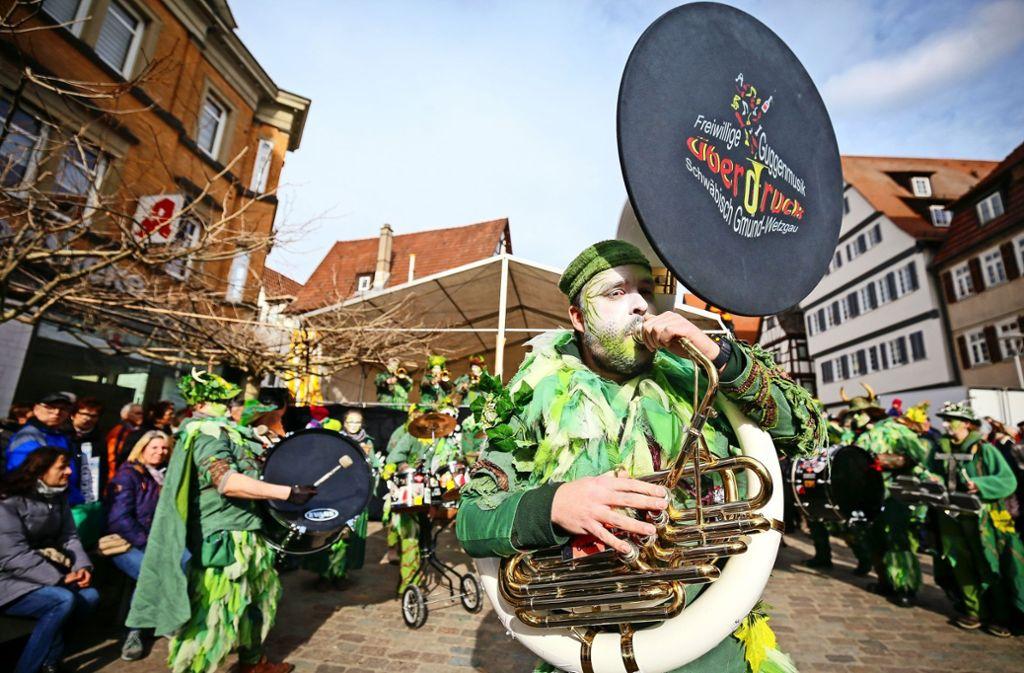 Wie Waldgeister: Die Freiwillige Guggenmusik aus Schwäbisch Gmünd beim großen Treffen in Leonberg. Foto: factum/Granville