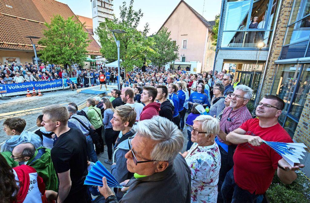 Beim Kugelstoß-Meeting auf dem Marktplatz ist ganz Böhmenkirch auf den Beinen. Foto: Michael Steinert