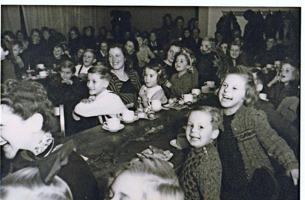 Fröhliche Kinder  bei der ersten Awo-Weihnachtsfeier im Jahr 1947. Foto: Awo/Archiv