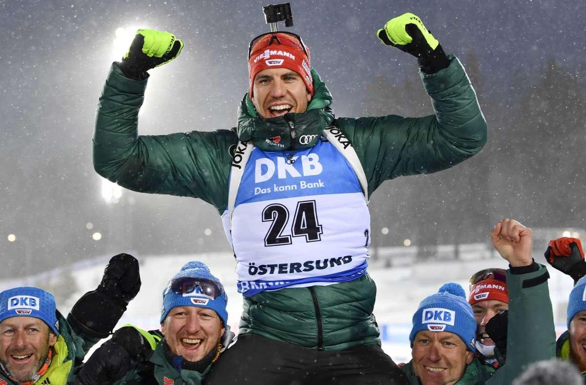 ... wird von seinem Team in die Höhe gehoben: Pfeiffer wird Weltmeister über 20 Kilometer.  Foto: imago images / TT