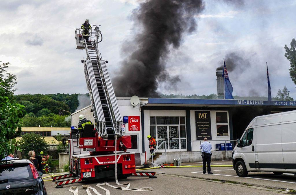 Das Feuer in der Kfz-Werkstatt brach gegen 18.10 Uhr aus. Foto: SDMG / Kohls