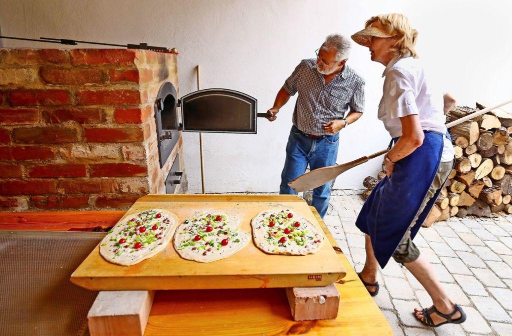 Die schwäbischen Pizzen liegen zum Einschießen bereit – mit denen nutzen Reinhard Kubens und Christel Raasch die erste Hitze   des Ofens.   Der erste Freitag im Monat soll künftig Backtag im  Hemminger Etterhof sein. Foto: factum/Granville