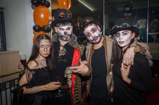 Gruselige Gestalten feiern bei Halloween-Party