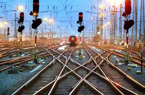 Das hier ist nicht die Gäubahn, aber die anfallenden Arbeiten gleichen sich an allen Bahnbaustellen: Schotter austauschen und Weichen ersetzen. Foto: AP