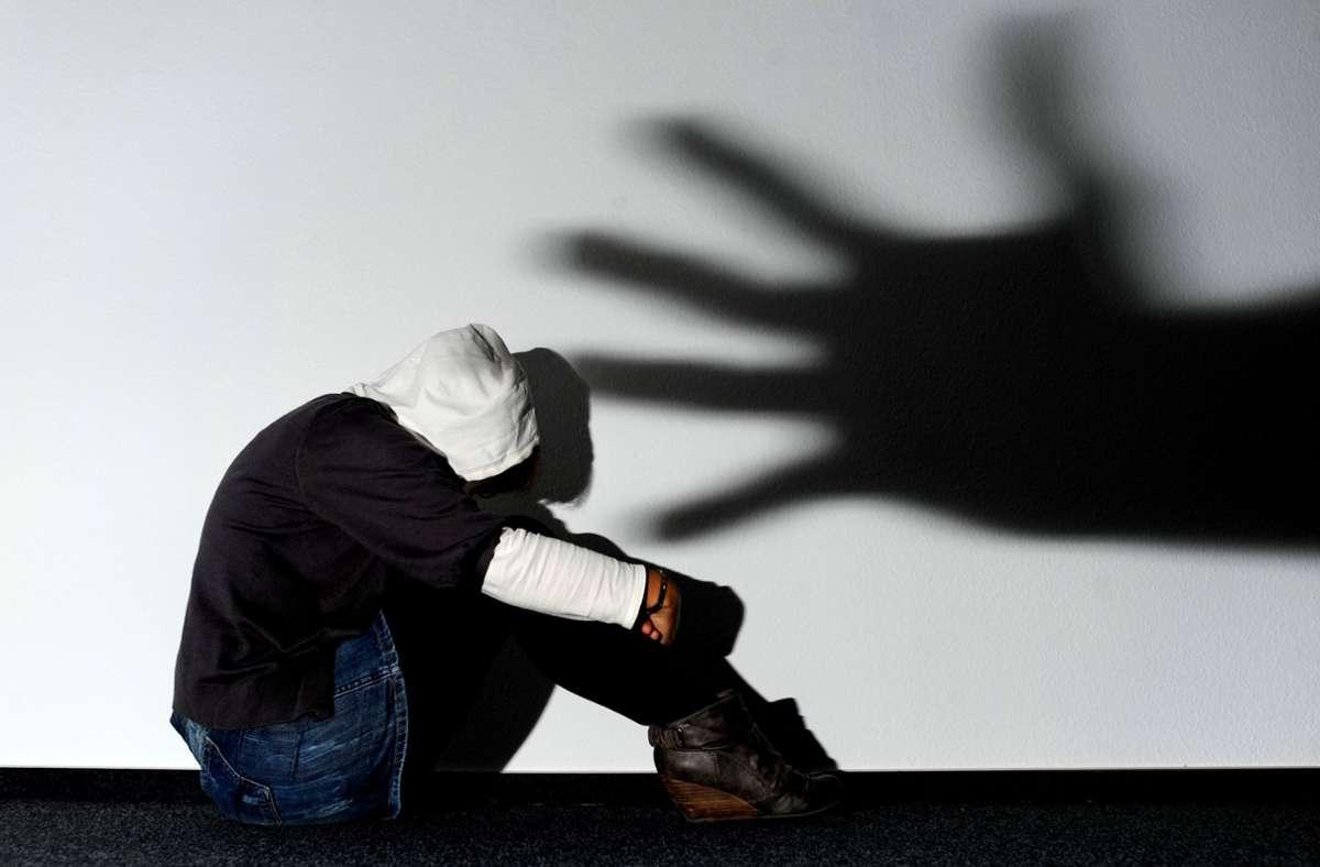 Das Thema häusliche Gewalt beschäftigt die Polizei  nicht erst seit der Corona-Pandemie. Foto: dpa/Julian Stratenschulte
