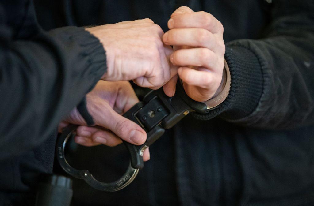 Die Tatverdächtigen erzielten den Ermittlungen zufolge aus Werbegeldern und Abofallen Einnahmen von mehreren Millionen Euro. (Symbolbild) Foto: dpa/Friso Gentsch