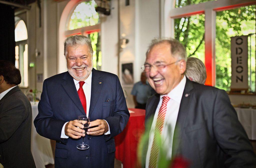 Den schlechten Umfragewerten zum Trotz feiern der ehemalige SPD-Bundesvorsitzende  Kurt Beck (links) und der Landtagsabgeordnete Peter Hofelich  mit den Mitgliedern des Göppinger SPD-Ortsvereins dessen 150-jährige Geschichte. Foto: